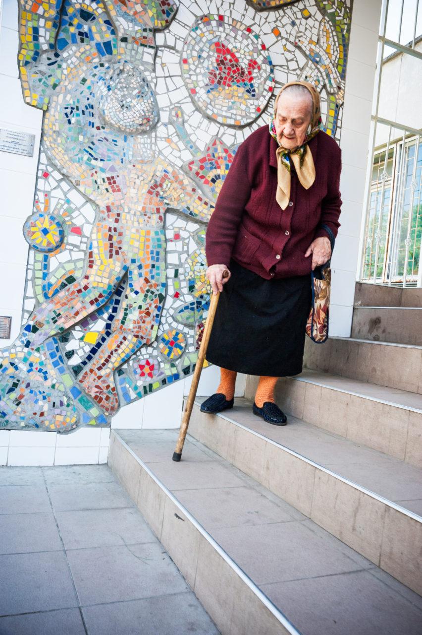 Ukraina, Kiev/Kyiv. I maj 2014 fick den här kvinnan i huvudstadens förort Troieshchina, och alla andra, gå till vallokalerna för att fritt välja Ukrainas president och styret i huvudstaden. Men det har hon inte alltid fått göra. Ukraina var den södra stora delen i det Sovjetiska riket, styrt från Moskva, och beskrevs som Sovjets kornbod. Ändå svalt folk. Under den stora svälten, Holodomor, under några år i början av 1930-talet, dog miljontals människor. Hur många som svalt ihjäl vet ingen; siffrorna varierar mellan 3 och 10 miljoner. Skälet till svälten var bland annat kollektiviseringen av jordbruket, där de fria bönderna, kulakerna, skulle utrotas, och genomförandet av planhushållningen. Det gjorde att till och med utsädet till kommande skördar användes till bröd i stället för att spridas på åkrarna. Minnet av den stora svälten högtidlighålls i Ukraina sedan 2006 den fjärde lördagen i november. Foto: Johan Lindstén