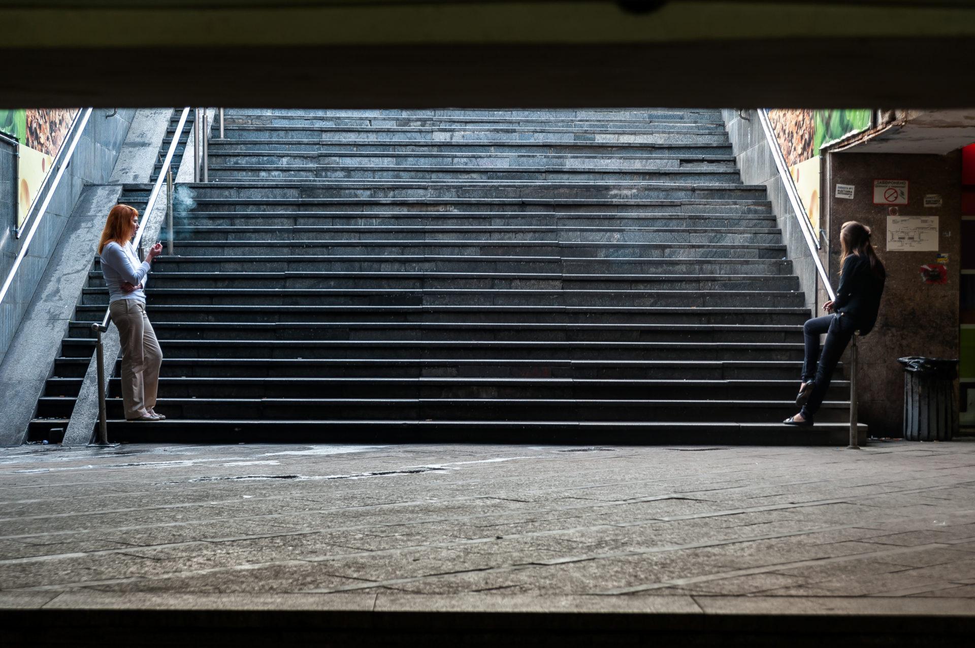Ukraina, Kiev/Kyiv. På bilden: Under det stora Frihets-torget, Majdan, i centrala Kiev löper långa marknadsgångar som skyddar mot både snö, kyla och de hårda regnen som uppträder i staden under de varma månaderna. I affärerna och de små stånden jobbar ofta unga kvinnor. Trappan leder upp till dagen vid det stora posthuset vid torget ovanför. Foto: Johan Lindstén