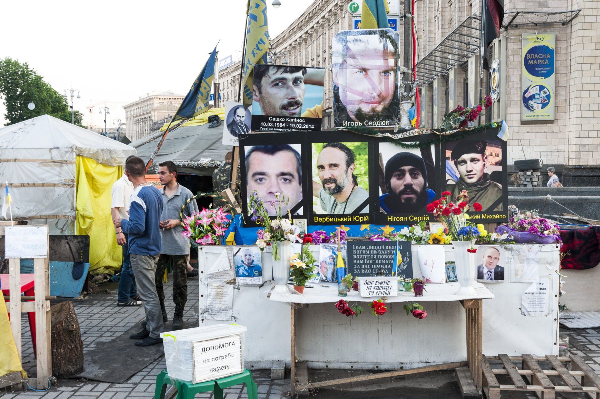 Ukraina, Kiev/Kyiv. På bilden: Vid det stora Frihets-torget, Majdan, i centrala Kiev finns det porträtt och namn på de över hundra personer som dödades under den folkliga resningen på och omkring torget. På bilden, några av porträtten och de tusentals buketter till minne av de som dog; torget bevakas och patrulleras av män som fortfarande bor på torget; många av dem klassas som krigsskadade med posttraumatiskt stressyndrom. Foto: Johan Lindstén