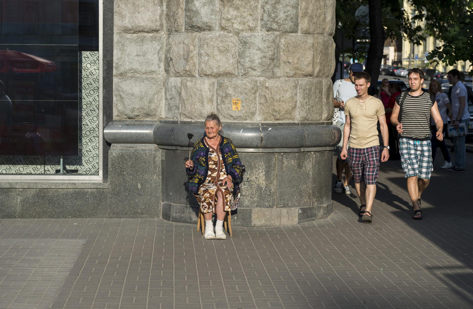 Ukraina, Kiev/Kyiv. På bilden: Skillnaden i levnadsvillkor varierar stort i Ukraina i dag. Korruptionen gör det svårt att komma till rätta med allt från offentlig administration till näringslivets vilja att följa lagarna. Stora brister i både det politiska livet och inom rättsväsendet gör att problemen lever vidare – så länge många har att tjäna på det rådande systemet. Foto: Johan Lindstén
