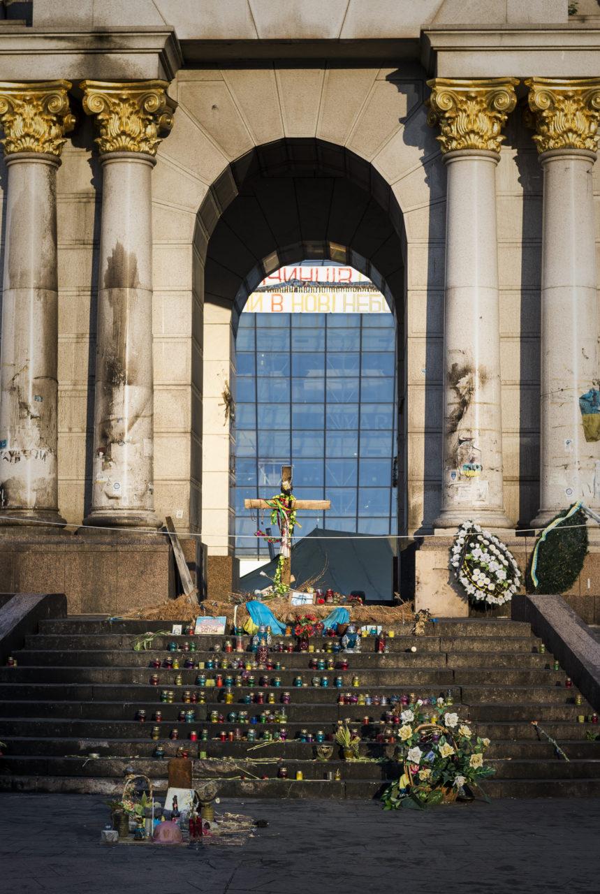 Ukraina, Kiev/Kyiv. På bilden: På Frihets-torget, Majdan, i centrala Kiev finns det en rad religiösa symboler. Vid foten av det med Ärkeängeln på toppen, minns och hyllas offren från den folkliga resningen på Majdan under 2014/2015. Foto: Johan Lindstén