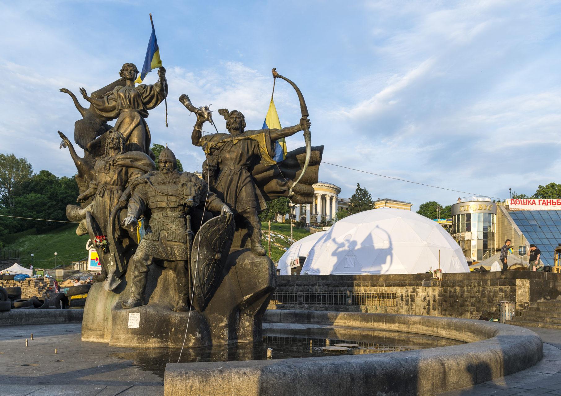 Ukraina, Kiev/Kyiv. På bilden: På Frihets-torget, Majdan, i centrala Kiev står statyn med stadens fyra grundare, bröderna Kie, Schek, Horiv och deras syster Libed. Enligt en äldre krönika valde syskonen ut platsen för att anlägga staden, som fick namn efter den äldste brodern Kie. Foto: Johan Lindstén