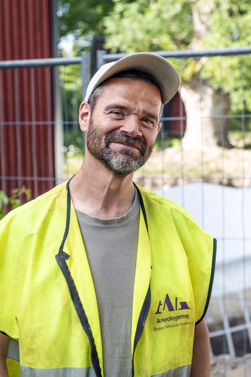 Under sommaren 2019 grävde Statens historiska museer (Arkeologerna) ut två bårgravar vid prästgården i Gamla Uppsala. Projektledare är Anton Seiler. Foto: Johan Lindstén